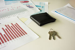 Schreibtisch mit Geldbörse und Schlüsseln Stockfotografie