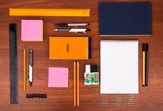 Schreibtisch mit Gläsern sperren Bleistiftmachthaber und andere Büroeinzelteile ein Lizenzfreies Stockbild