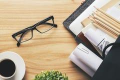 Schreibtisch mit glaases, Bleistiftspitze Stockbild