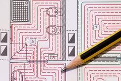 Schreibtisch mit hydraulischen Installationen, Sturzhelm und leuchtender Boden entwerfen stockfoto