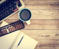 Schreibtisch mit Kaffeehintergrund Lizenzfreie Stockbilder