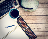 Schreibtisch mit Kaffeehintergrund Stockbild