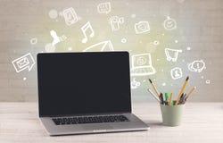 Schreibtisch mit Kommunikationsikonen Stockbilder