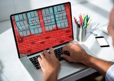 Schreibtisch mit Laptop Auf es das Design der Wand für das neue Büro (blau und rot) Stockbild