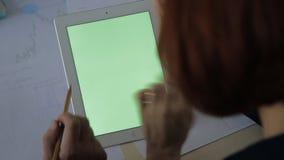 Schreibtisch mit Laptop mit zwei dem verheirateten Finanzieren in der Hand stock video footage