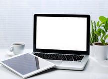 Schreibtisch mit Laptop und Tablette Lizenzfreies Stockfoto