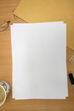 Schreibtisch mit leerem Papier Stockfoto