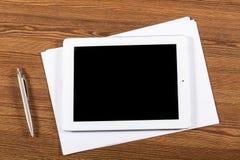 Schreibtisch mit leerem Tablet und white pages stockfotos