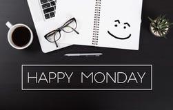 Schreibtisch mit Notebook und der Benennung von glücklichem Montag stockfotografie