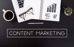 Schreibtisch mit Notebook und Marketing des Benennungsgeschäftsinhalts Lizenzfreies Stockfoto
