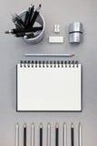 Schreibtisch mit Notizblock, Bleistiften, Radiergummi und Bleistiftspitzer Lizenzfreies Stockbild