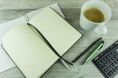 Schreibtisch mit Notizblock, Kugelschreiber Stockfotografie