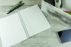Schreibtisch mit Notizblock, Kugelschreiber Lizenzfreies Stockbild