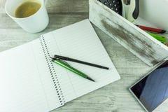 Schreibtisch mit Notizblock, Kugelschreiber Stockfotos