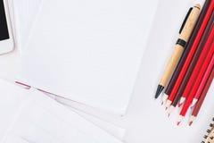 Schreibtisch mit Notizblock und Bleistiften Stockbilder