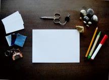 Schreibtisch mit Satz bunten Versorgungen Stockbilder