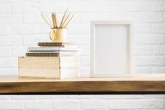 Schreibtisch mit sauberem Rahmen und Versorgungen Stockfotografie
