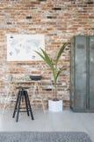 Schreibtisch mit Schreibmaschine gegen Wand Stockbilder
