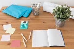 Schreibtisch mit Schulbedarf Stockbilder