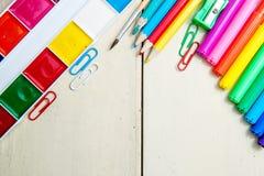 Schreibtisch mit Schulbedarf gegen, Kopienraum Stockbilder