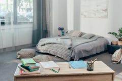 Schreibtisch mit Schulbedarf und Büchern Lizenzfreies Stockfoto