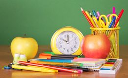 Schreibtisch mit Schulmaterial Lizenzfreie Stockfotos