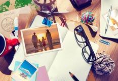 Schreibtisch mit Sommer-Fotografien und Notizbuch Lizenzfreies Stockfoto