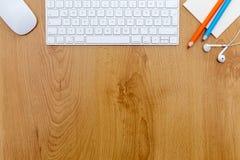 Schreibtisch mit Tastatur stockfotos