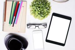 Schreibtisch mit Technologie und Briefpapier Stockfotos
