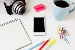 Schreibtisch mit Telefon und Kamera Stockfoto