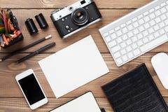 Schreibtisch mit Versorgungen, Kamera und leerer Karte Lizenzfreies Stockfoto