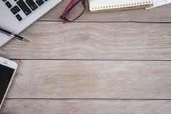 Schreibtisch mit Werkzeugen und Notizbuch Lizenzfreies Stockfoto
