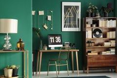 Schreibtisch nahe bei Schrank lizenzfreies stockfoto