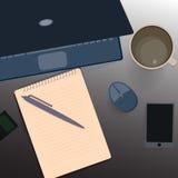 schreibtisch Notizbuchpapier, ein Becher Kaffee Lizenzfreie Stockfotografie