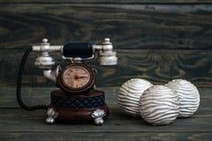 Schreibtisch-Uhren mit Antic Telefon-Form auf blauem Hintergrund Stockfotos