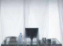 Schreibtisch und Computer bedeckt in den transparenten Staub-Blättern lizenzfreies stockfoto