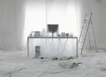 Schreibtisch und Computer bedeckt in den transparenten Staub-Blättern Stockfotografie