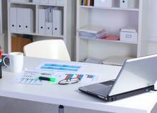 Schreibtisch und ein Bündel Dokumente stockbild