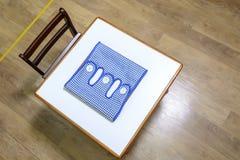Schreibtisch und Stuhl in der Vorschule Lizenzfreies Stockfoto