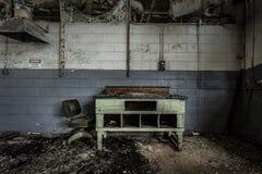 Schreibtisch und Stuhl verlassene Fabrik stockbilder
