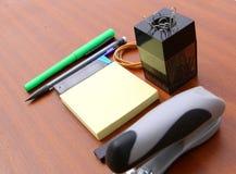 Schreibtisch und Werkzeuge über einem Braun lizenzfreie stockbilder