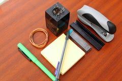 Schreibtisch und Werkzeuge über einer braunen Tabelle stockbild