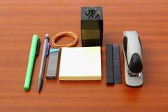 Schreibtisch und Werkzeuge über einer braunen Tabelle stockfoto