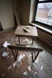 Schreibtisch in verlassenem Gebäude Lizenzfreie Stockfotos