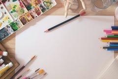 Schreibtisch von Künstlerfarbbleistiften Stockbilder