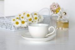 Schreibtisch weiblich und Gänseblümchenblumen lizenzfreies stockbild