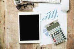 Schreibtischarbeit mit Laptop, taplet, Stift, Analysebericht, Taschenrechner Stockbild