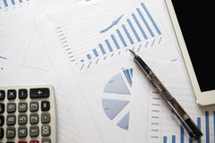 Schreibtischbüro mit Analysebericht, Taschenrechner Ansicht von der Oberseite Co Lizenzfreies Stockfoto