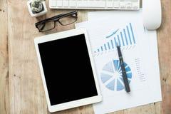Schreibtischbüro mit Laptop, taplet, Stift, Analysebericht, Taschenrechner Lizenzfreies Stockfoto