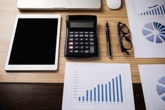 Schreibtischbüro mit Laptop, taplet, Stift, Analysebericht, Taschenrechner Stockbild